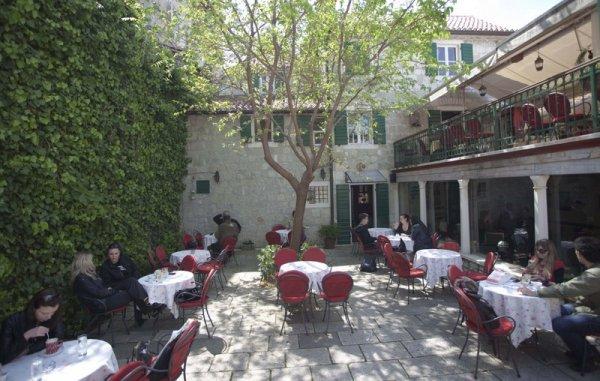 Veli Varos Apartments and Rooms